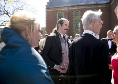 Before the ceremony: In front of Holmen's Church – The groom is waiting with the hundreds of guests.